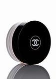 LONDRA, Regno Unito - 28 febbraio 2017 Chanel affronta il contenitore della crema con il logo nero immagini stock libere da diritti