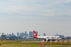 Londra, Regno Unito - 17, febbraio 2019: Linea aerea di Helvetic Airways basata a Zurigo Kloten, Svizzera Gli aerei scrivono Embr fotografie stock libere da diritti