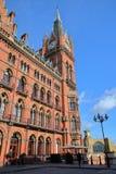 LONDRA, REGNO UNITO - 28 FEBBRAIO 2017: Vista esteriore della stazione ferroviaria di St Pancras con la facciata rinnovata della  Fotografie Stock