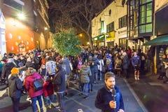 LONDRA, REGNO UNITO - 11 GENNAIO 2016: Fan che rendono omaggio a David Bowie dopo la sua morte Fotografie Stock Libere da Diritti