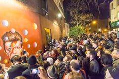 LONDRA, REGNO UNITO - 11 GENNAIO 2016: Fan che rendono omaggio a David Bowie dopo la sua morte Immagine Stock