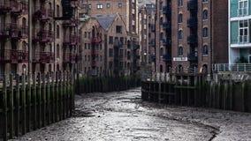 Londra, Regno Unito - 27 gennaio 2007: Molo di Java secco quando il Tamigi è basso Sguardi solitamente piacevoli di questa posizi fotografie stock libere da diritti