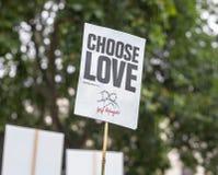 """Londra/Regno Unito - 18 giugno 2019 - """"sceglie l'amore - il segno dei rifugiati di aiuto ha sostenuto ad una dimostrazione immagine stock libera da diritti"""
