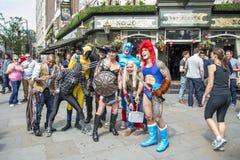 LONDRA, REGNO UNITO - 29 GIUGNO: Partecipanti al gay pride che posa per la p Fotografie Stock