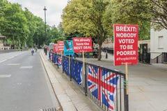 Londra/Regno Unito - 26 giugno 2019 - segni Pro-UE e bandiere anti--Brexit Union Jack/dell'Unione Europea outride il Parlamento fotografie stock