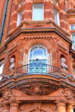 LONDRA, REGNO UNITO: I dettagli del vittoriano del mattone rosso alloggia le facciate nella città di Westminster Fotografia Stock Libera da Diritti