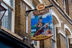 LONDRA, Regno Unito - il 13 aprile: Segno inglese del pub Fotografia Stock Libera da Diritti