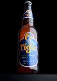 LONDRA, REGNO UNITO, IL 15 DICEMBRE 2016: La bottiglia di Tiger Beer su fondo nero, in primo luogo lanciata nel 1932 è la birra i immagini stock libere da diritti