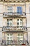 LONDRA, REGNO UNITO: Il vittoriano alloggia le facciate nella città di Westminster con l'inferriata del ferro battuto Fotografia Stock