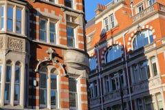 LONDRA, REGNO UNITO: Il vittoriano del mattone rosso alloggia le facciate nella città di Westminster Immagine Stock