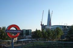 Londra, Regno Unito - 22 luglio 2012: Guardi dalla stazione della metropolitana della collina della torre al coccio di vetro fotografia stock libera da diritti