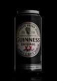 LONDRA, REGNO UNITO - 29 MAGGIO 2017: Alluminium può della birra originale di Guinness sul nero La birra di Guinness è stata prod Immagine Stock Libera da Diritti