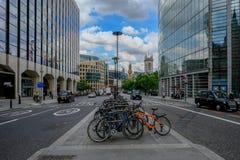 Londra, Regno Unito - 31 maggio 2017: Lotti delle biciclette parcheggiate su alto Holbor Immagini Stock Libere da Diritti