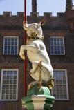 LONDRA, Regno Unito - 11 maggio 2018 Maiale nel cortile di Hampton Court Palace LONDRA, Regno Unito - 11 maggio 2018 fotografie stock