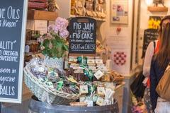 LONDRA, REGNO UNITO - 16 MARZO 2015: Grande selezione di salame e di inceppamento Foto contenuta un mercato di strada, mercato de immagine stock
