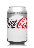 LONDRA, REGNO UNITO - 21 MARZO 2017: Latta di A della bevanda di Coca Cola Diet su bianco La bevanda è prodotta e fabbricata dai  immagine stock libera da diritti