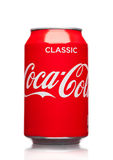 LONDRA, REGNO UNITO - 21 MARZO 2017: Latta di A della bevanda di Coca Cola su bianco La bevanda è prodotta e fabbricata da Coca-c fotografie stock libere da diritti