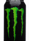 LONDRA, REGNO UNITO - 15 MARZO 2017: Latta di A della bevanda di energia del mostro su bianco Nel 2002 il mostro presentato ora h Fotografia Stock