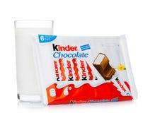 LONDRA, Regno Unito - 17 novembre 2017: Barra di cioccolato e vetro di latte più gentili su bianco Le barre più gentili sono prod Immagine Stock