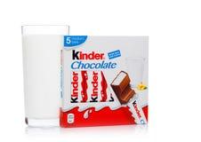 LONDRA, Regno Unito - 17 novembre 2017: Barra di cioccolato e vetro di latte più gentili su bianco Le barre più gentili sono prod Fotografie Stock Libere da Diritti