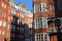 LONDRA, REGNO UNITO - 28 NOVEMBRE 2016: Il vittoriano del mattone rosso alloggia le facciate nella città di Kensington e di Chels Immagine Stock