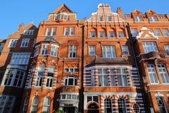 LONDRA, REGNO UNITO - 28 NOVEMBRE 2016: Il vittoriano del mattone rosso alloggia le facciate nella città di Kensington e di Chels Fotografia Stock