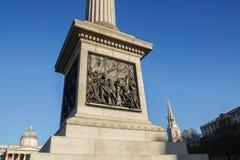 Londra/Regno Unito - 17 novembre 2017: Monumento del palo della colonna del Nelson a Trafalgar Square immagine stock