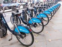 LONDRA, REGNO UNITO - 12 OTTOBRE 2013: Biciclette pubbliche per affitto sul punto di parcheggio nel centro di Londra Immagine Stock Libera da Diritti