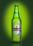 LONDRA, REGNO UNITO - 23 OTTOBRE 2016: Bottiglia di Heineken Lager Beer su fondo verde Heineken è il prodotto di nave ammiraglia  fotografia stock