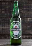 LONDRA, REGNO UNITO - 17 OTTOBRE 2016: Bottiglia di Heineken Lager Beer sul fondo di legno di lerciume Heineken è il prodotto di  fotografie stock libere da diritti