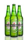 LONDRA, REGNO UNITO - OTTOBRE 123 2016: Bottiglie di Heineken Lager Beer su fondo bianco Heineken è il prodotto di nave ammiragli fotografie stock libere da diritti