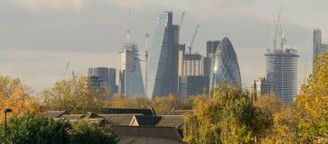 LONDRA, Regno Unito - 17 ottobre 2017: Distretto aziendale moderno di Londra in un chiaro giorno del cielo con un volo dell'æreo  Fotografie Stock Libere da Diritti