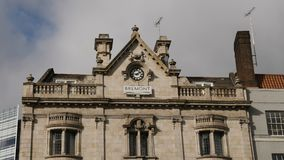 Londra, Regno Unito - 20 ottobre 2017: Il colpo liscio del movimento del giunto cardanico del lusso di Bremont guarda la costruzi archivi video