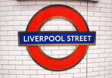 LONDRA, Regno Unito - 27 ottobre 2014: Il segno per la stazione della metropolitana della via di Liverpool Fotografia Stock