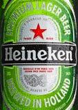 LONDRA, REGNO UNITO - 23 OTTOBRE 2016: La bottiglia della macro di Heineken Lager Beer con gelo cade Heineken è il prodotto di na fotografie stock libere da diritti
