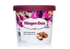 LONDRA, REGNO UNITO - 20 OTTOBRE 2018: Mini tazza del gelato fragile della noce di macadamia di Haagen-Dazs su fondo bianco immagini stock libere da diritti