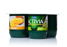 LONDRA, REGNO UNITO - 20 OTTOBRE 2017: Pacchetto del yogurt di Activia con il mango ed il kiwi su bianco Activia è una marca di y Immagine Stock Libera da Diritti