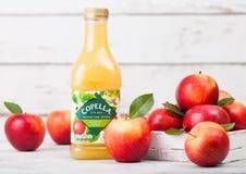 LONDRA, REGNO UNITO - 13 SETTEMBRE 2018: Bottiglia di plastica del succo fresco di Copella mele con le mele fresche in scatola su fotografia stock