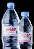 LONDRA, REGNO UNITO - 3 SETTEMBRE 2018: Bottiglie di plastica dell'acqua minerale naturale di Evian su un fondo nero Fatto in Fra immagine stock