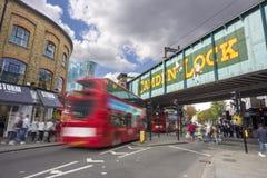 LONDRA, REGNO UNITO - 26 SETTEMBRE 2015: Mercato delle stalle e di Camden Lock Bridge, negozi alternativi famosi della cultura in Fotografie Stock