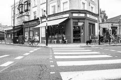 Londra, scene della via si piega, passaggio pedonale alla ghiottoneria attraverso dentro Immagini Stock Libere da Diritti