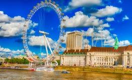 LONDRA - SETTEMBRE 2016: Barche lungo il Tamigi Attrac di Londra fotografia stock