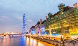 LONDRA - 29 SETTEMBRE 2013: Costruzioni lungo il Tamigi Londra immagini stock libere da diritti