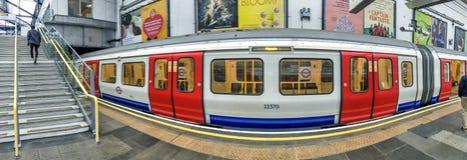 LONDRA - SETTEMBRE 2016: Treno di Londra sotterraneo Londra ATT fotografia stock