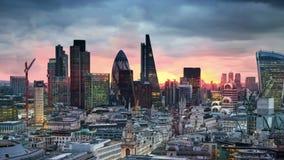 Londra, tramonto Città dell'affare di vista di Londra e dell'aria di attività bancarie