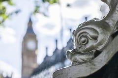 Londra - una posta della lampada con un fronte del pesce Fotografie Stock Libere da Diritti