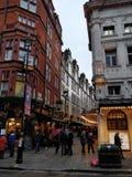 Londra, vie bagnate e giorno nuvoloso Immagini Stock