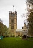 LONDRA, WESTMINSTER, Regno Unito - 5 aprile 2014 le Camere del Parlamento e del Parlamento si elevano, osservano dalla st di Abing Fotografie Stock
