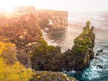 Londrangar,岩石熔岩形成在海 被腐蚀的玄武岩峭壁在海岸线的狂放的海在Sneafellsnes半岛 免版税库存图片