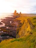 Londrangar, formación de la lava de la roca en el mar Acantilados erosionados del basalto en el mar salvaje en la costa costa en  Imagen de archivo libre de regalías